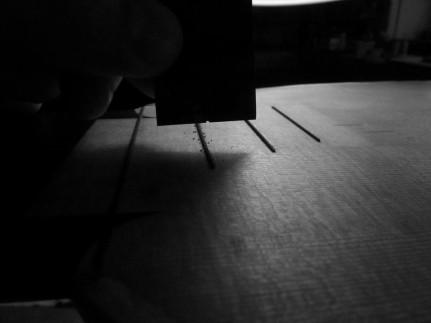 Pose des frettes de table en ébène